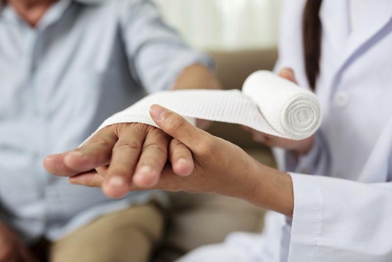 L'intérêt de changer un pansement à domicile avec une infirmière